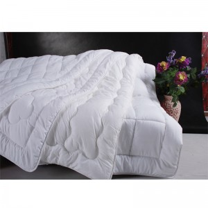 White Color Quilted Synthetic Fiber Comforters